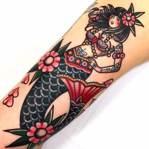Dreamy lil mermaid gal by Dani Queipo #DaniQueipo #mermaid #newtraditional #folktraditional #folkart #color #pinup #mermaid #flowers #shells #hearts #butterfly #anchor #dotwork #tattoooftheday