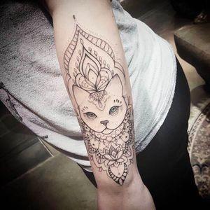 Por Jéssika Campos! #JéssikaCampos #tatuadorasbrasileiras #fineline #delicada #delicate #delicatetattoo #cat #cattattoo #ornamental #ornamentaltattoo