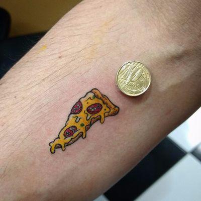 Por Johnny Piercer #JohnnyPiercer #brasil #brazil #tatuadoresdobrasil #brazilianartist #pizza #pizzatattoo #miniaturetattoo #miniatura #mini #minitattoo