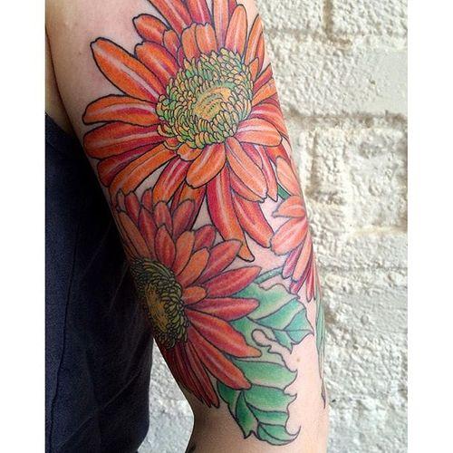 Vibrant daisy half sleeve by @rollhardy. #halfsleeve #daisy #flower #traditional #nwotraditional #rollhardy