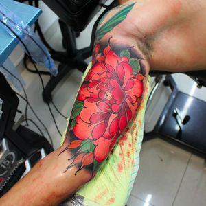 Peônia por Lucas Ferreira! #LucasFerreira #tatuadoresbrasileiros #peonia #peony