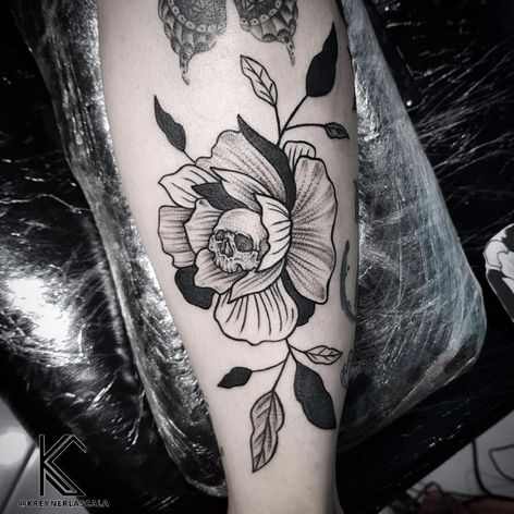 #KreynerLaScala #brasil #brazil #brazilianartist #tatuadoresdobrasil #balckwork #pontilhismo #dotwork #flor #fower #skull #caveira #cranio #folha #leaf #botanica #botanical