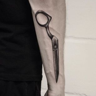 Life is like a pair of one-armed scissors - difficult. #blackork #dotwork #scissors #abstract #OliverWhiting