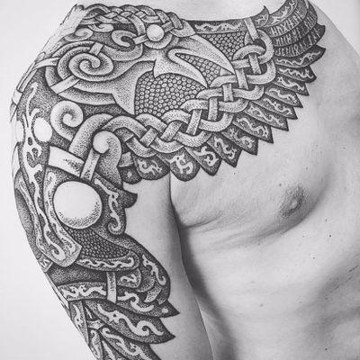 Belíssimo corvo #SeanParry #viking #nordic #nordico #vikingstyle #tatuagemviking #culturanordica #mitologianordica #blackwork #dotwork #pontilhismo #corvo #raven #odin