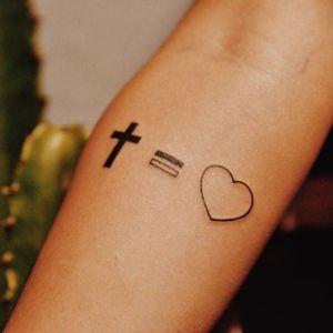 Deus é amor! #religiosa #coração #heart #cruz #crucifixo #fineline #delicada #minimalista #RaphaelLopes #metamorphosis #RioDeJaneiro #brasil #brazil #portugues #portuguese