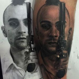 Rad portrait of Robert De Niro as Travis, the taxi driver. Amazing tattoo by Fredy Tomas. #FredyTomas #ExoticTattoo #realistictattoo #RobertDeNiro #travis #taxidriver