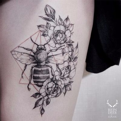 Abelinha nas flores #Zihwa #delicate #delicada #botanica #botanic #flores #flowers #gringa #fineline #blackwork #bee #abelha