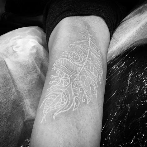 #TarlyMarr #whitetattoo #whiteink #tattoobranca #pena #feather