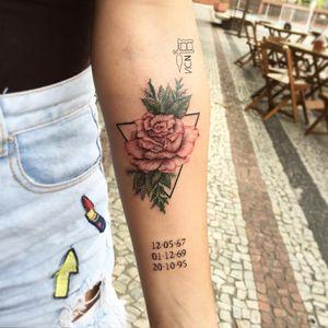 Por Vic Nascimento #VicNascimento #brasil #brazil #TatuadorasDoBrasil #brazilianartist #fineline #botanica #botanical #flor #flower #rosa #rose #pontilhismo #dotwork #triangle #triangulo #colorida #colorful