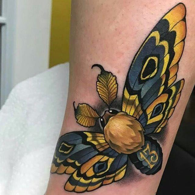 Mariposa dourada e hipnotizante #AaronSprings #neotrad #neotraditional #moth #mariposa #butterfly #borboleta