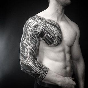 Polynesian blackwork sleeve. (via IG - colinzumbro) #geometric #polynesian #blackwork #sleeve #largescale #colinzumbro