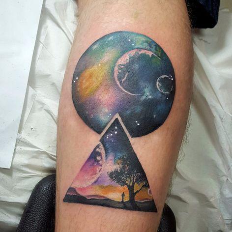 Trabalho do artista Rodrigo Tanigutti! #RodrigoTanigutti #tatuadoresbrasileiros #triangle #triangulo #planet #planeta #universe #universo