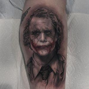 A portrait of Heath Ledger as the Joker by Ryan Mullins (IG—ryanmullinsart). #blackandgrey #portraiture #realism #RyanMullins #TheJoker