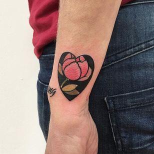 Floral negative space tattoo by Lou DC. #LouDC #kawaii #girly #cute #pinkwork #flower #negativespace #heart