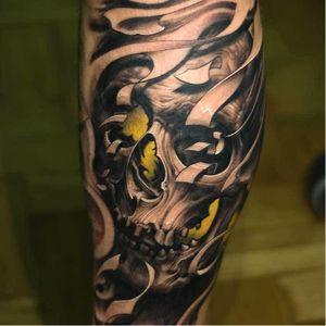 The greenish yellow lurking behind this skull by Victor Portugal gives in an evil glow. #bioorganic #blackandgrey #color #horror #hyperrealism #VictorPortugal #realism #skull