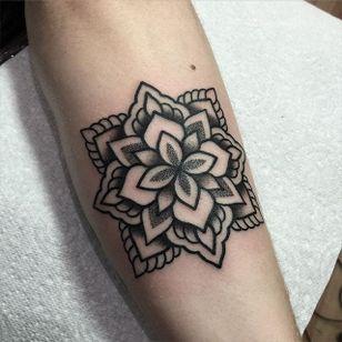 Mandala Tattoo by Mark Jelliman #mandala #blackworkmandala #mandalatattoo #mandalatattoos #dotwork #dotworktattoos #geometric #blackwork #blackworktattoo #geometricblackwork #bestmandalas #MarkJelliman