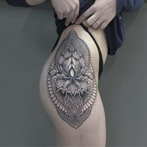 A gorgeous piece of floral geometry by Gena Puhnarevich (IG—gena_tattooer). #blackwork #floral #GenaPuhnarevich #mehndi