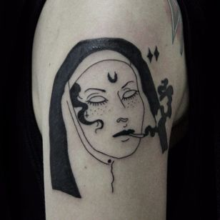 #CarolineWestt #TatuadorasDoBrasil #blackwork #freira #nun #cigarro #cigarette