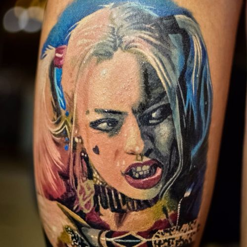 Arlequina feita por Renata Jardim. #RenataJardim #arlequina #harleyquinn #realismo #realism #movies #filme #nerd #geek #comics #baseballbat #GothamCitySirens #SereiasDeGotham #MargotRobbie