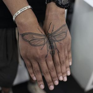 A dragonfly split across a client's hands by Ruby May Quilter (IG—rubymayqtattoo). #blackandgrey #dragonfly #finelined #RubyMayQuilter