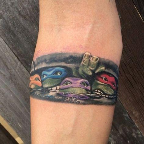 """As Tartarugas Ninja na """"porta"""" de casa por Monte Livingston #MonteLivingston #TartarugasNinja #TeenageMutantNinjaTurtles #TMNT #Colorful #colorida #forearm #forearmtattoo #antebraço #Leonardo #Rafael #Michelangelo #Donatello"""