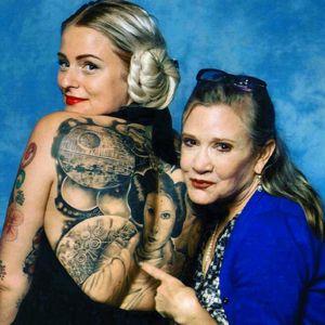 Carrie Fisher posing alongside her tattoo likeness. #starwars #princessleia #carriefisher #portrait #movies