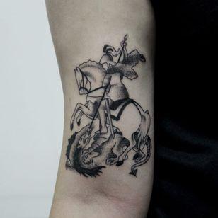 São Jorge. #CarolineWestt #TatuadorasDoBrasil #blackwork #saojorge #guerreiro #warrior #santo #saint #religiao #religious #dragao #dragon #cavalo #horse #lança #spear