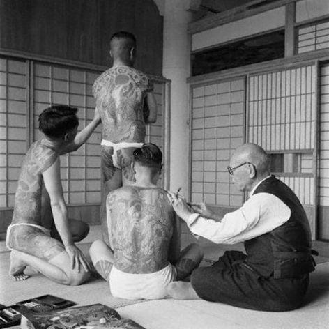 Horiuno II tattooing a client while one of his students studies his work. #HoriunoII #Irezumi #Japanese #tebori #traditional