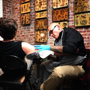 Brad Fink tattooing at The Original Gus Wagner exhibit (IG—bradfink). #BradFink #GusWagner #SouthStreetSeaportMuseum #tattoohistory