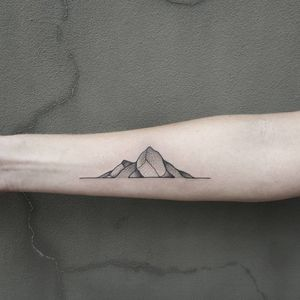 Sweet mountain linework combined with pointilism #pointilism #blackwork #bendoukakis #mountain #linework #fineline #delicate #dotwork