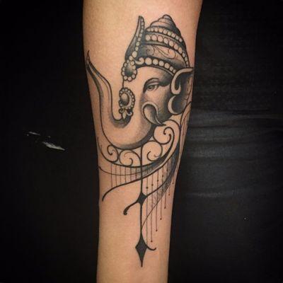 Por Torra Tattoo #TorraTattoo #brasil #brazil #brazilianartist #tatuadoresdobrasil #blackwork #ornamental #elephant #elefante #IndianElephant #elefanteindiano #ganesha #pontilhismo #dotwork #fineline