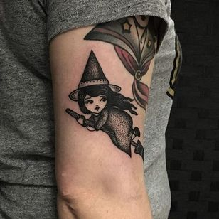 The scary part is what this witch by Sarah Whitehouse (IG—warahshitehouse) is looking back at. #adorable #blackandgrey #cute #creepy #dotwork #SarahWhitehouse #witch
