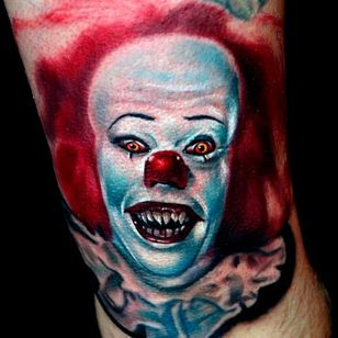 Those eyes in this tattoo are pure creepyness tattoo by Kyle Cotterman #Pennywise #IT #StephenKing #clown #reboot #TimCurry #horror #realism #KyleCotterman