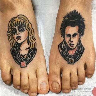 Traditional bangers of Sid and Nancy by Red Lip (IG—redliptattoo). #portraiture #RedLip #SexPistols #SidandNancy #traditional