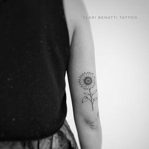 Girassol por Clari Benatti! #ClariBenatti #TatuadorasBrasileiras #TatuadorasdoBrasil #TattooBr #RiodeJaneiro #TattoodoBr #fineline #linhafina #traçofino #delicada #delicate #girassol #sunflower #flor #flower #dotwork #pontilhismo