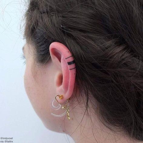 Dá ate vontade de fazer #IndyVoet #eartattoo #helixtattoo #tatuagemnaorelha #tendencia #fineline #traço #dot #ponto