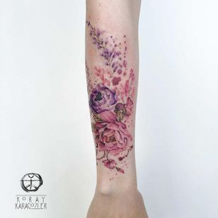 A breathtaking watercolor floral arrangement by Koray Karagözler (IG— koray_karagozler). #floral #KorayKaragözler #roses #watercolor