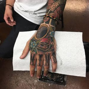 Hand gramophone (via IG—seventh_dean) #phonograph #traditional #traditionaltattoo #boldwillhold