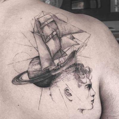 Tattoo feita por Farfalla Ink! #FarfallaInk #tatuadorasbrasileiras #Brasil #SãoPaulo #TattooBr #blackwork #fineline #dotwork #linework #boat #barco #caravela #caravel #planet #planeta #men #homem #universe #universo