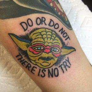 Tatuagem do Yoda numa pessoa very important do Tattoodo. Feita por Richard Muller. #RichardMuller #StarWars #Maytheforcebewithyou #maythe4thbewithyou #nerd #geek #yoda #filme #film #oldschool #tradicionalamericano
