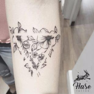 #TuanyHase #tatuadorasdobrasil #botanica #botanical #blackwork #triangulo #triangle #flores #flowers