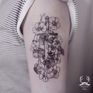 Mortal e fofa #Zihwa #delicate #delicada #botanica #botanic #flores #flowers #gringa #fineline #blackwork #adaga #knife