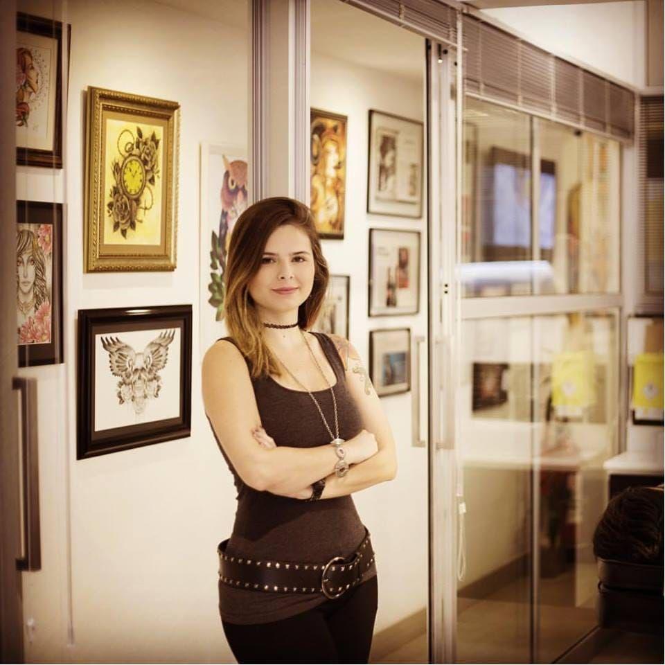 Luiza Fortes em seu estúdio ART LINE! #LuizaFortes #tatuagensColoridas #colorful #fineline #traços #minimalista #artistaNacional #brasil