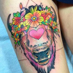 Já viu um bisão mais fofo que esse? Duvido. #KatieShocrylas #kshocs #tatuagemcolorida #colorfultattoo #gringa #bisao #bison #flores #flowers #heart #coração