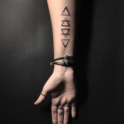 #AnastasiaSlutskaya #nastyafox #gringa #blackwork #pontilhismo #dotwork #triangle #triangulo #geometrica #geometric