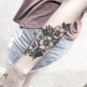 Floral Tattoo by Sandra Cunha #floral #floral #blackwork #blackworktattoo #blackink #blackinktattoo #blacktattoos #blackworkartist #braziliantattooartists #SandraCunha