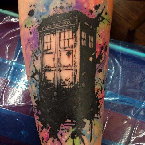 A famosa cabine de Doctor Who #AustinTaylor #nerd #geek #diadoorgulhonerd #diadatoalha #doctorwho #cabinetelefonica #serie #tvshow
