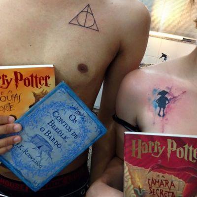 Só o começo da sessão do bruxinho Harry Potter! #Drikalinas #AdrianaVentieri #nerd #geek #culturapop #TatuadorasDoBrasil #harrypotter #dobby #filmes #movies #aquarela #watercolor