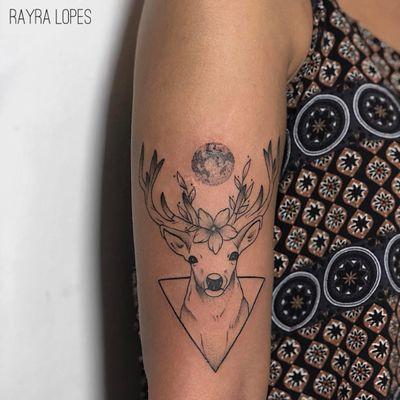 #RayraLopes #brasil #brazil #TatuadorasDoBrasil #blackwork #brazilianartist #lua #moon #cervo #deer #flor #flower #folha #leaf #pontilhismo #dotwork #triangle #triangulo