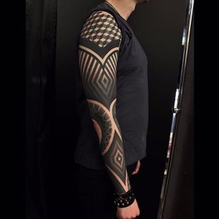 Geometric sleeve. (via IG - erv2) #largescale #geometric